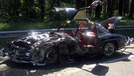 Destrozo de un Mercedes 300 SL durante la Mille Miglia