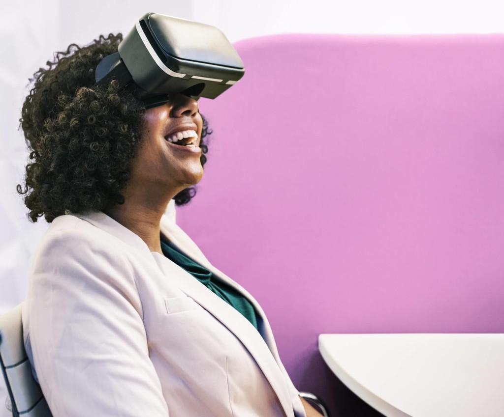 Teletrabajar con realidad mixta: un responsable de Facebook muestra un escenario de trabajo con pantallas y elementos virtuales
