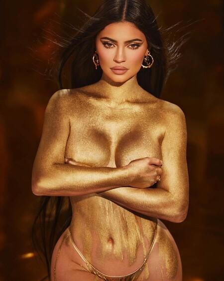 Oro parece, Kylie Jenner es... así es la colección de maquillaje con la que la pequeña de las Kardashian celebra su 24 cumpleaños