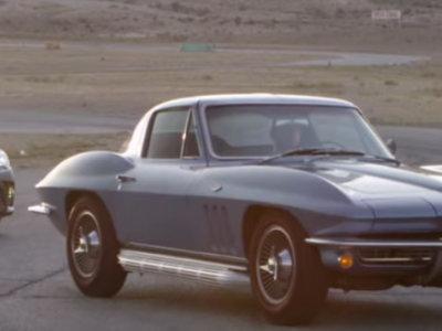 ¿Qué tanta diferencia han marcado 50 años de evolución automotriz? Un Corvette Stingray 1966 y un Toyota Camry 2015 lo demuestran