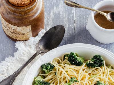 Espaguetis salteados con brócoli y salsa de ajonjolí. Receta vegetariana