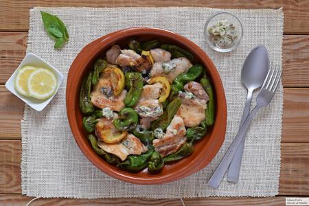 Cazuela de pollo y pimientos de Padrón con mantequilla de anchoas y albahaca: receta sencilla lista en 20 minutos