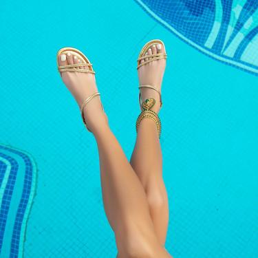 Las 13 sandalias planas en rebajas que no nos quitaremos en todo el verano