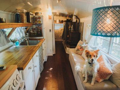 Autobús antiguo convertido en casa rodante