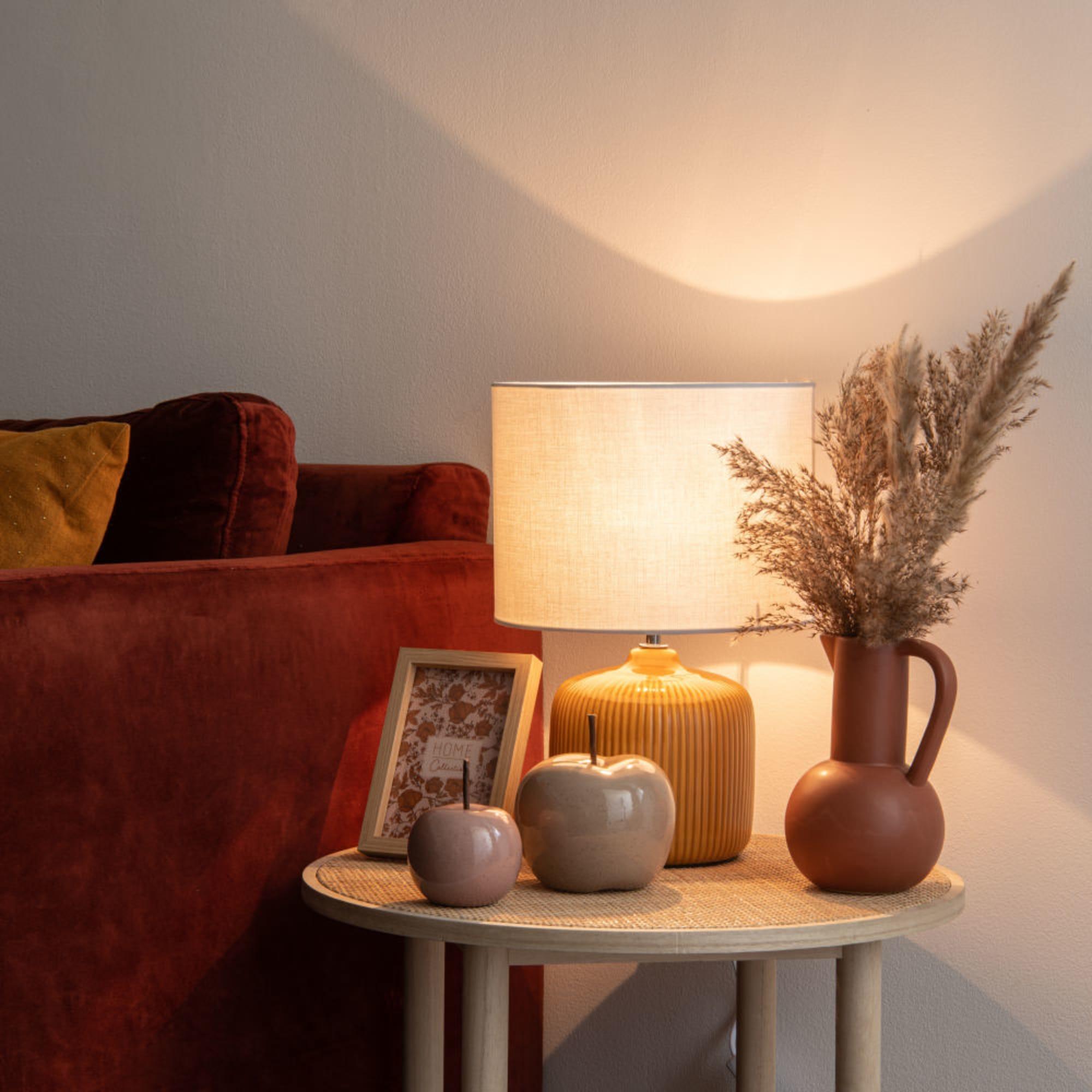 Lámpara de cerámica amarilla con pantalla en color crudo