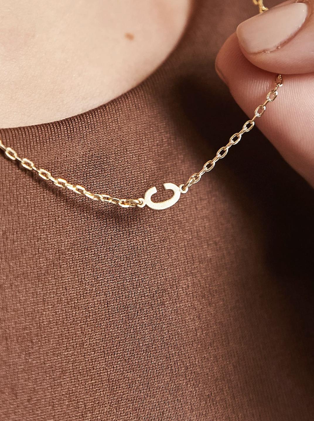 """Collar dorado con colgante de la inicial """"C"""" exclusivo de DesignB London"""