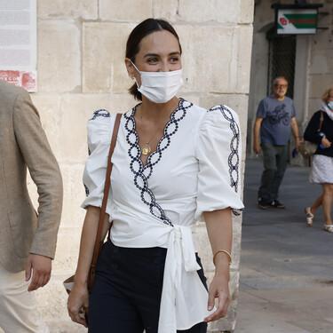 Tamara Falcó nos vuelve a conquistar con un blusa cruzada que está de rebajas (y aún disponible)
