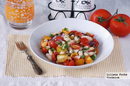 Ensalada de alubias blancas con tomates variados. Receta saludable