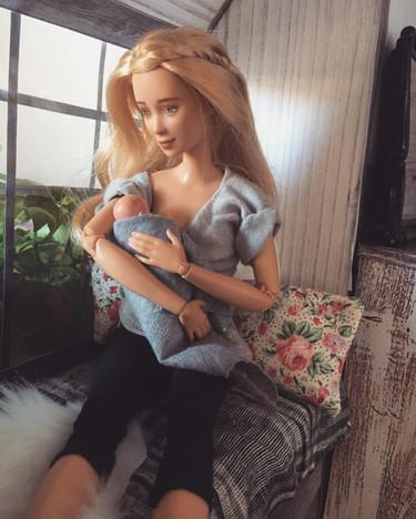 Una mamá pinta las Barbie para hacerlas madre