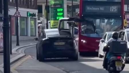 El conductor de un Tesla Model X la lía parda en Londres: circula con la puerta abierta e impacta contra un autobús