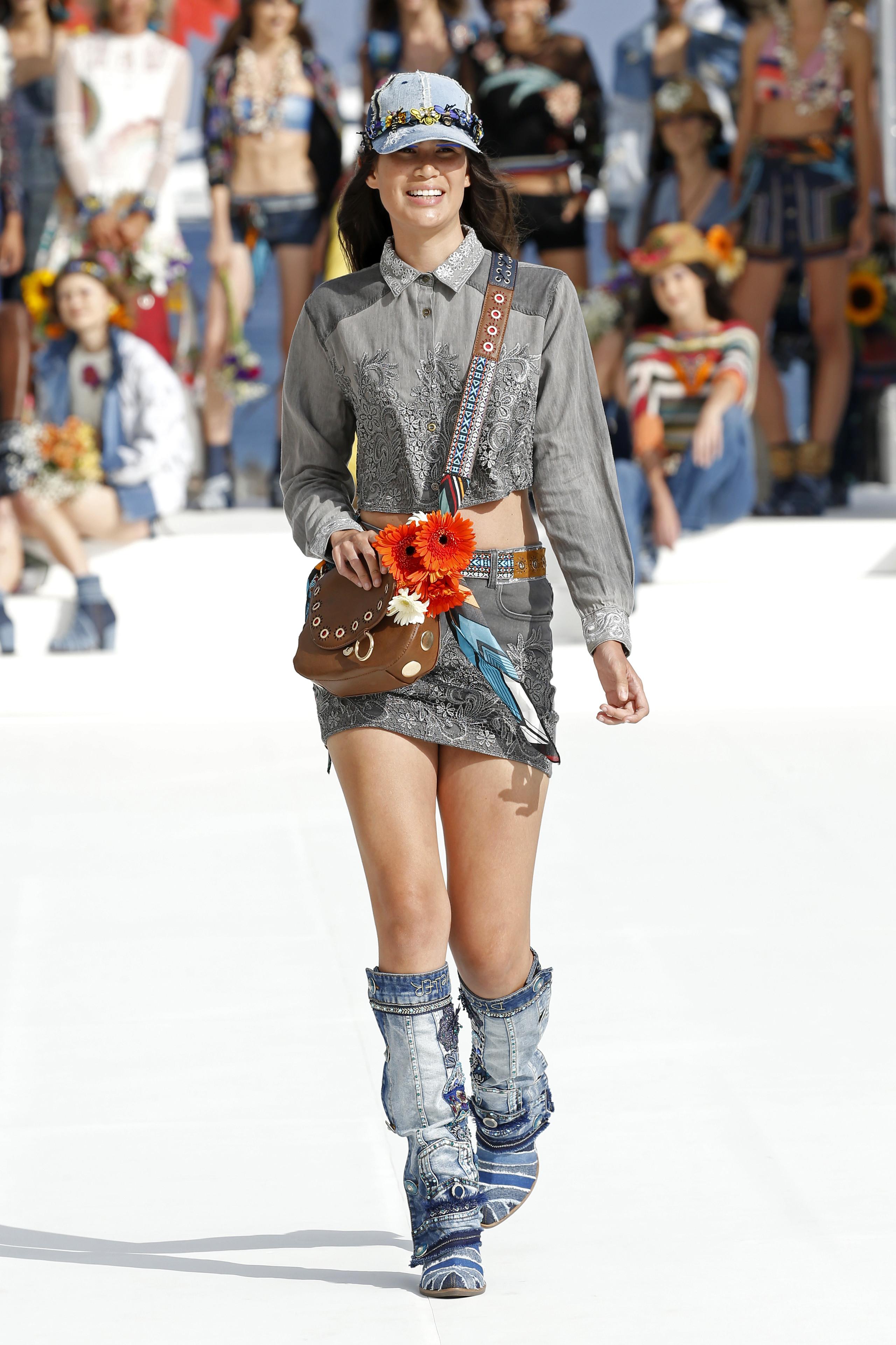 Foto de Desigual ha sido la firma encargada de inaugurar la primera edición de la pasarela Mercedes-Benz Fashion Week Ibiza (10/24)