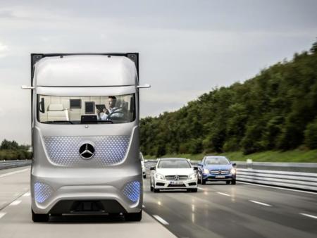 El camión del futuro de Mercedes promete mejorar la seguridad y el trabajo del conductor