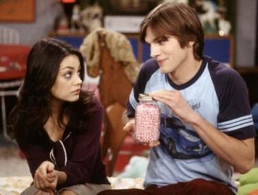 Mila Kunis y Ashton Kutcher piquito por aquí, arrumaco por allá