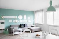 Papel pintado y colores pastel en un pequeño apartamento juvenil y femenino