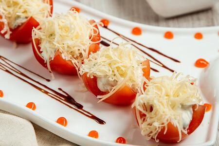Jitomates rellenos con queso gratinado. Receta fácil para el desayuno