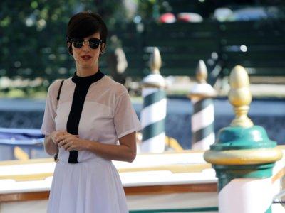 El estilo lady hace resplandecer en Venecia a una Paz Vega en blanco y negro