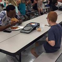 El conmovedor gesto de un jugador de fútbol americano con un niño con autismo: un verdadero héroe