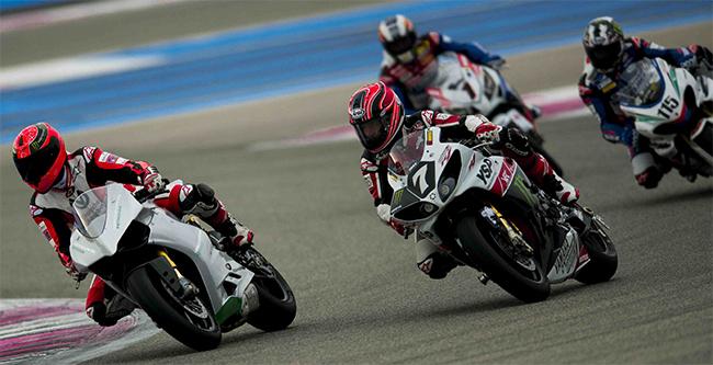 Michael sobre la Ducati decorada de AMG