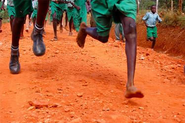 Los niños, mejor descalzos: en Kenia los niños que ganan carreras no llevan zapatillas