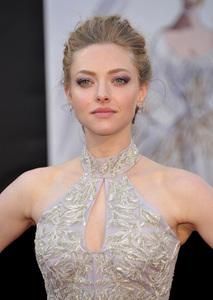 El look de Amanda Seyfried en la alfombra roja de los Oscars 2013: la sofisticación de un gran recogido