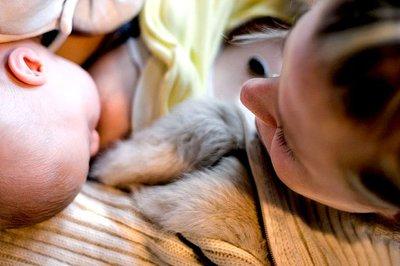 La leche materna usada de forma tópica puede mejorar la dermatitis del bebé