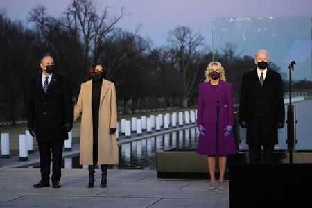 kamala harris y jill biden con abrigos en el homenaje a las victimas covid memorial