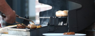 ¿Se puede hacer una barbacoa en una terraza? Qué debes saber antes de encenderla y qué parrillas son las idóneas para hacerlo