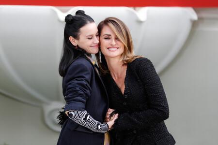 Penélope Cruz y Milena Smit posan con dos looks opuestos: clasicismo y modernidad juntos en la alfombra roja