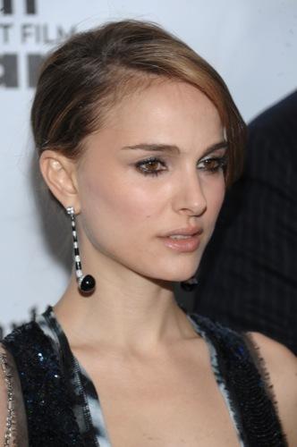 El magnífico vestido de lentejuelas de Natalie Portman para Navidad, pendientes