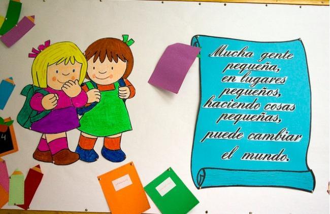 Dibujos Animados Texto Naranja: El 30 De Enero Se Celebra El Día Escolar De La No