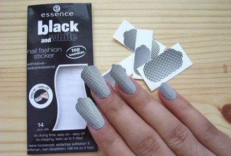 sticker-black-and-white-essence-recien-pegadas.jpg