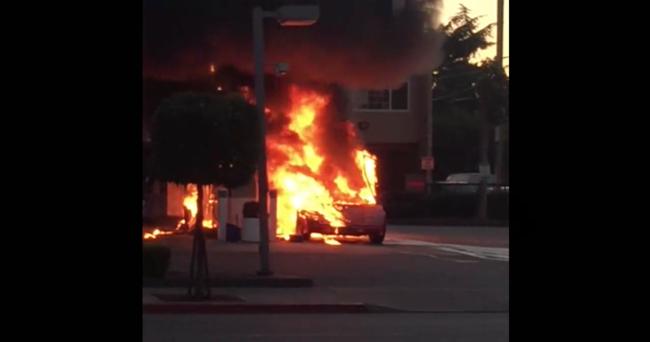 Dolorpasión™: Un Lamborghini Countach se incendia mientras recarga gasolina