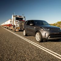 Land Rover Discovery Sport demuestra su poder remolcando un tráiler de 100 toneladas