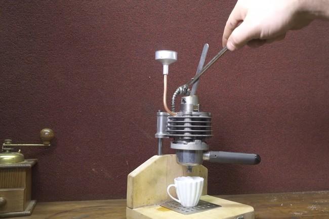 Porno DIY para quemados: Así se convierte un viejo motor de 50 cc en una cafetera manual