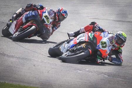 La brutal salvada de Axel Bassani en el WSBK: levantó su Ducati Panigale V4 R y dejó alucinado a Álvaro Bautista