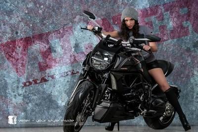 Vilner le echa la mano encima a la Ducati Diavel