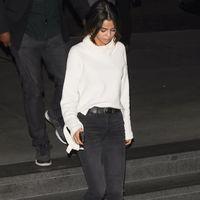 Haz un Selena Gómez y logra un outfit perfecto con prendas de fondo de armario