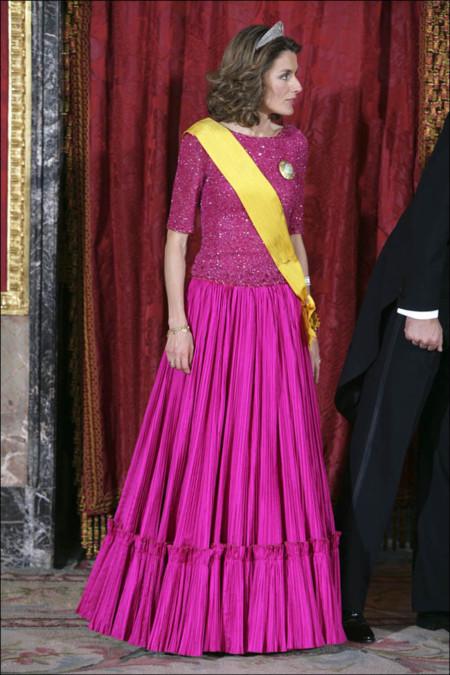 Letizia con vestido de color fucsia