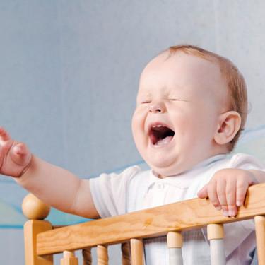 Síndrome de la cuna con pinchos: cuando el bebé se despierta llorando cada vez que intentas dejarlo en la cuna