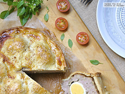 Pastel de cerdo y huevo o Scotch egg pork pie. Receta tradicional británica