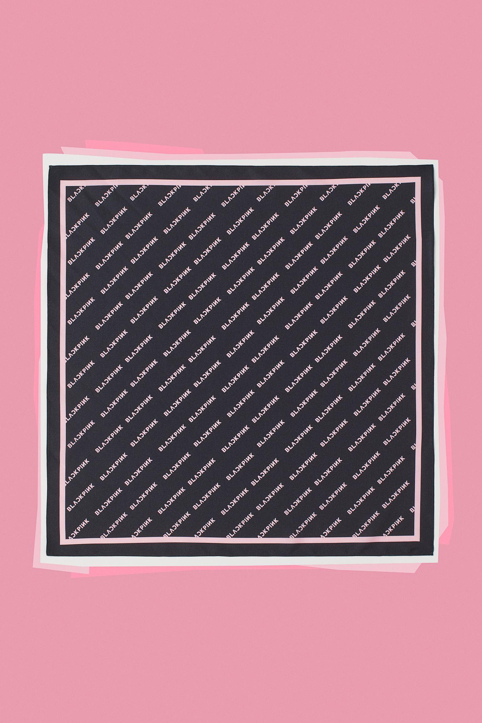 Pañuelo estampado en satén suave. También pueden usarse como cinta de pelo.