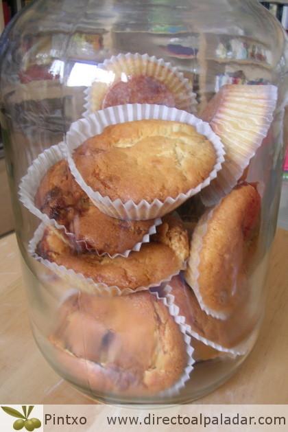 Muffins de chocolate blanco con mermelada de plátano, chocolate y canela. Receta