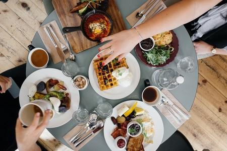 Desayunar como un rey, comer como un príncipe y cenar como un mendigo: ¿es un mito o realmente funciona para perder peso?