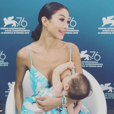 Un aplauso para la actriz que se llevó a su bebé al Festival de cine de Venecia, la vistió a juego y amamantó en pleno photocall