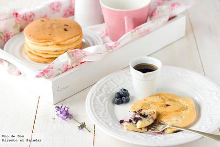 Tortitas americanas con arándanos, receta para un desayuno sin prisas