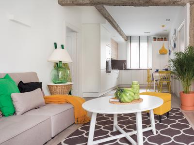 Moderno, fresco y muy alegre: un hogar para una familia con dos hijos