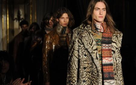 Roberto Cavalli sigue la brecha de Gucci y nos viste más femeninos para el próximo invierno