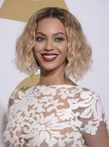 Beyoncé, la diva de blanco y negro en los Grammy 2014