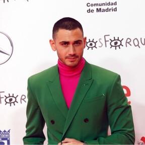 Alejandro Speitzer sabe que el traje se lleva con color en su reciente look para los Premios Forqué
