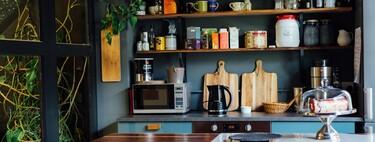 Cinco estanterías de cocina para ganar espacio y proteger nuestro microondas